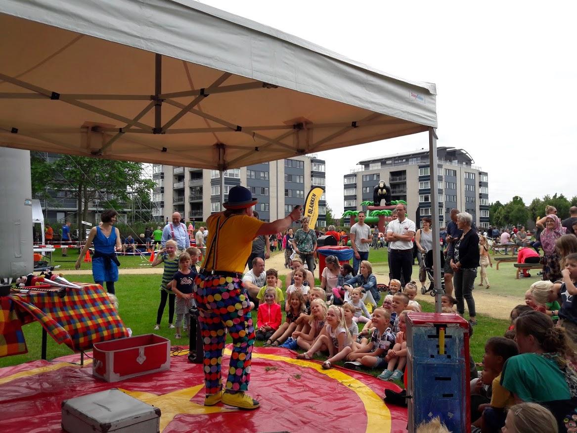 Kindertheater Kiko straatthetaer voorstellingen clown & jongleur Kiko op wijkfeest