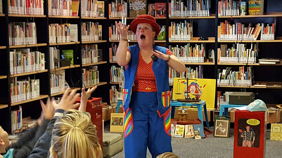"kindertheater kiko -kindervoorstelling ""Oma Kikonellas koffertje"" - met een koffer vol speelgoed, gebruiksvoorwerpen en trucs van vroeger - in de bibliotheek"