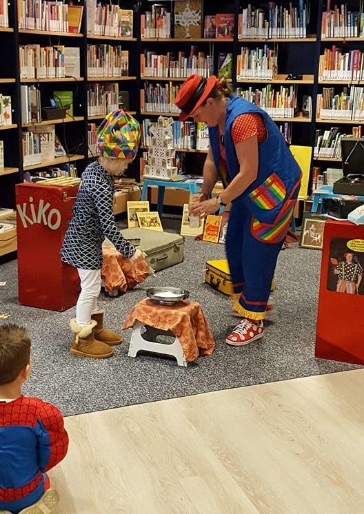 "kindertheater kiko -kindervoorstelling ""Oma Kikonellas koffertje"" - met een koffer vol speelgoed, gebruiksvoorwerpen en trucs van vroeger - koffiemolen"