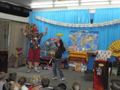 """kindertheater kiko -kindervoorstelling """"rare snuiters, vreemde vogels en een koffer vol ontmoetingen"""" op school in Heerenveen"""
