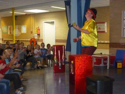 kindertheater kiko -kindervoorstelling superclown of held op sokken op een basisschool