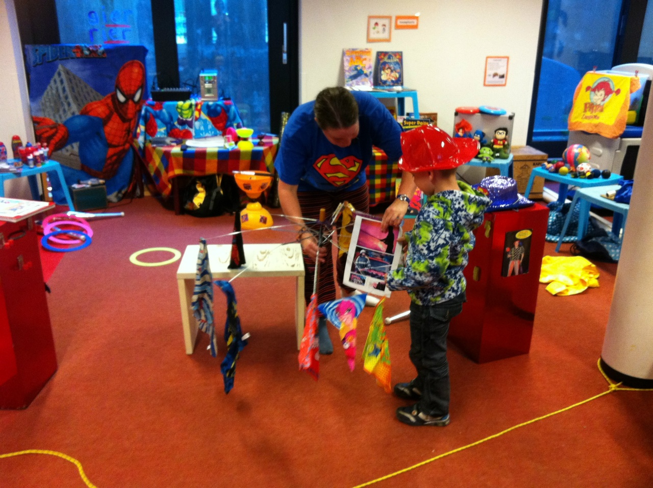 kindertheater kiko -kindervoorstelling superclown of held op sokken voor kleuters op een school in Arnhem