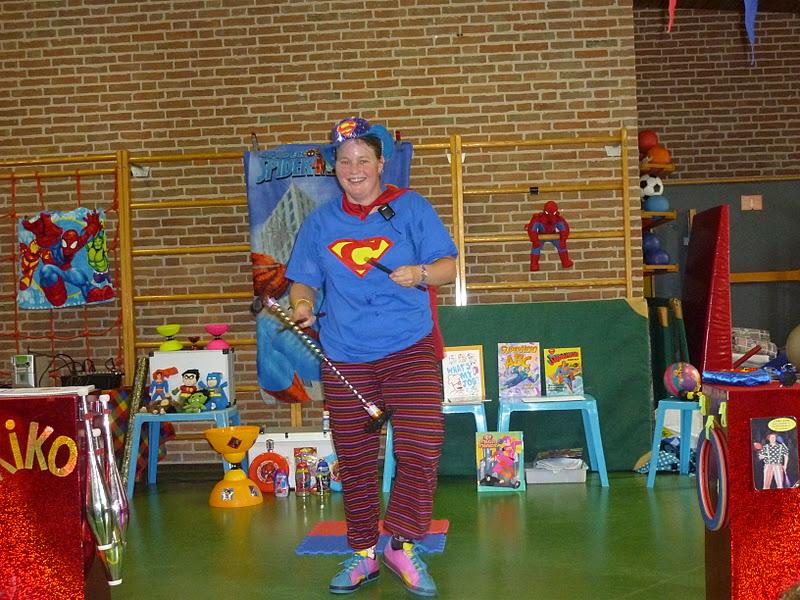 kindertheater kiko -kindervoorstelling superclown of held op sokken  op een school in Amsterdam
