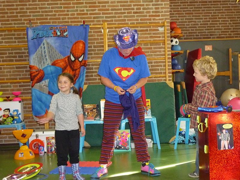 kindertheater kiko -kindervoorstelling superclown of held op sokken iop een school in Amsterdam - Kiko krijgt hulp van de kinderen bij het toveren