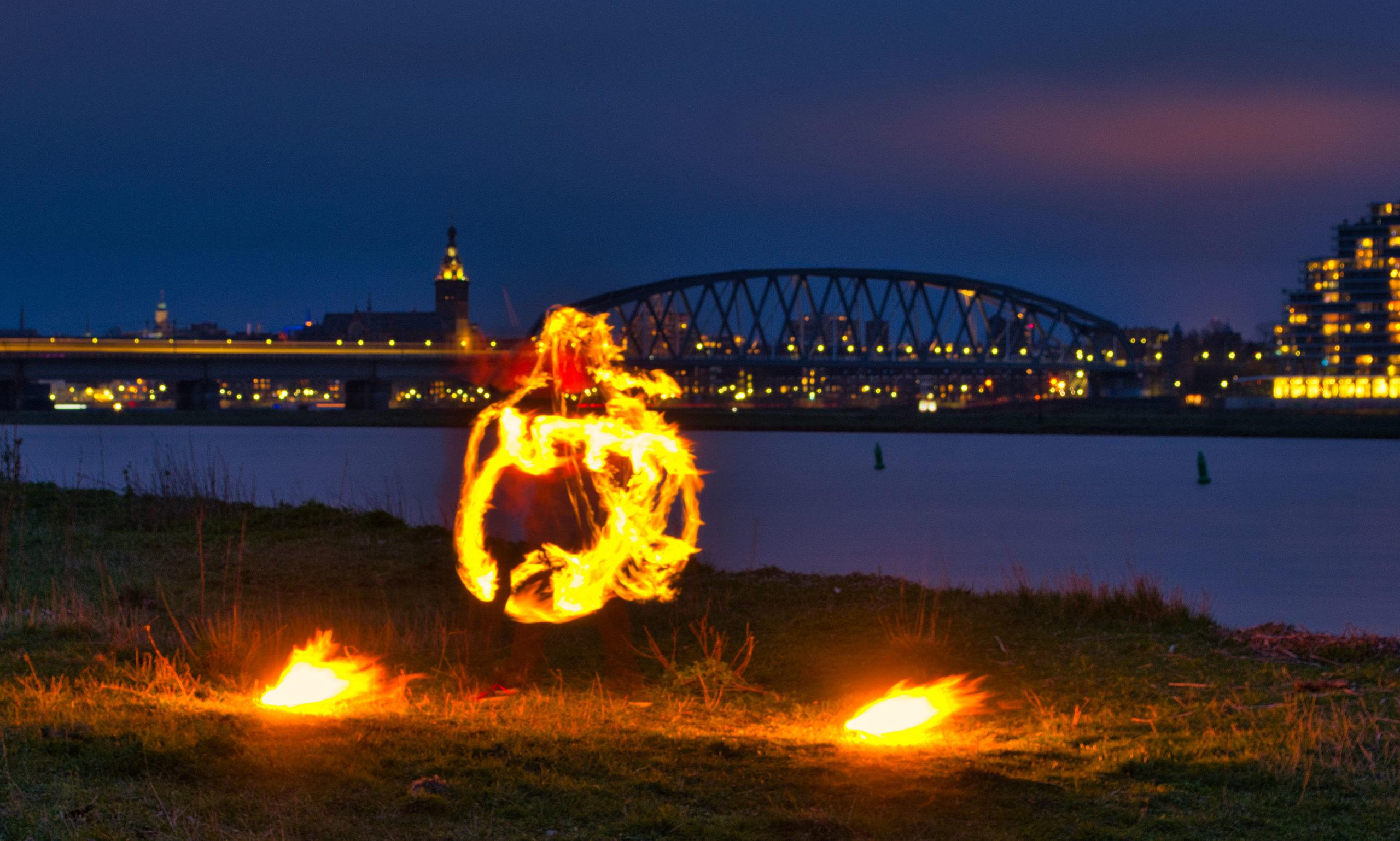 Vuurshow Kiko vuur jongleren - jongleren met fakkels - aan de Waal in Nijmegen