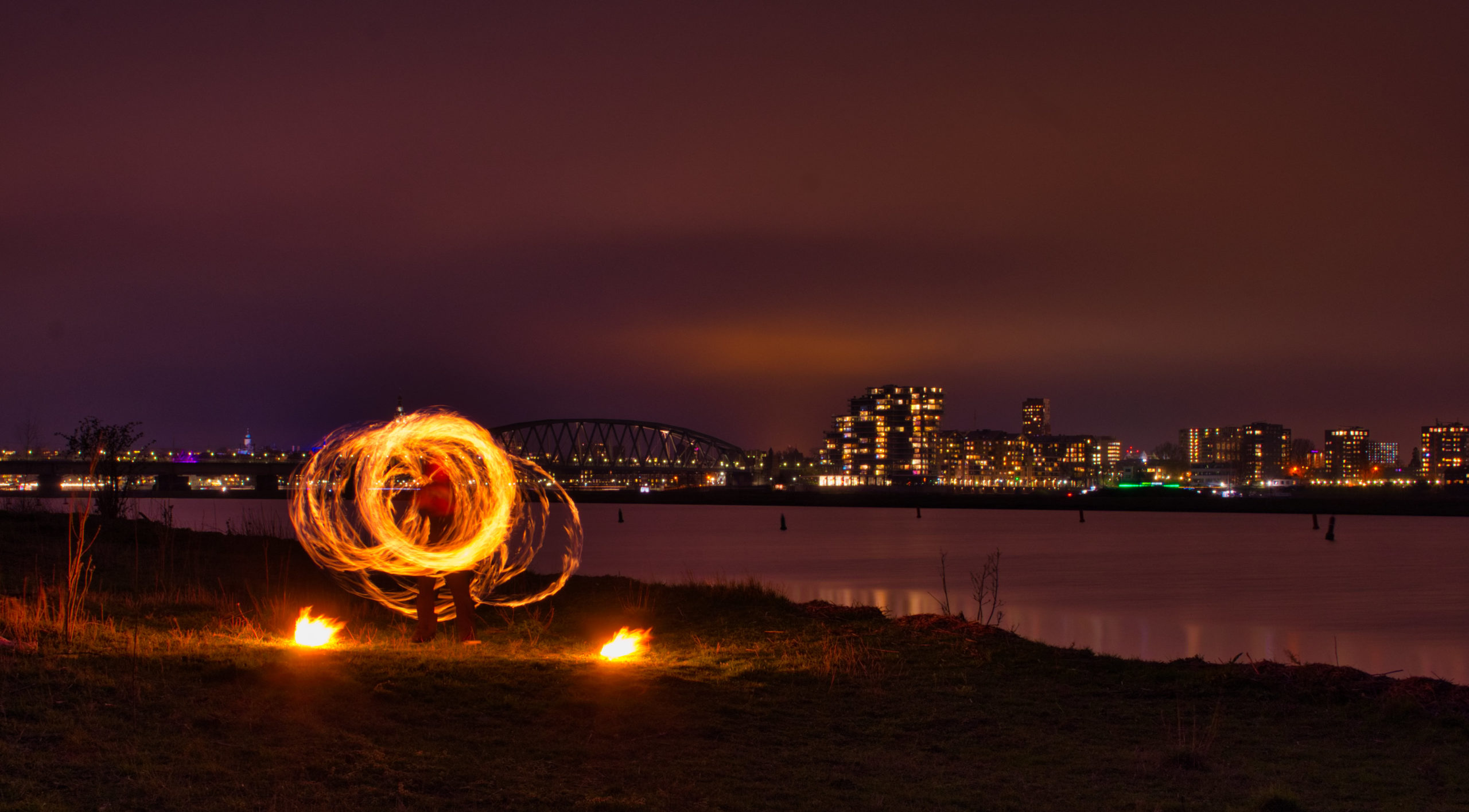Vuurshow Kiko fire staff spinning - aan de Waal in Nijmegen