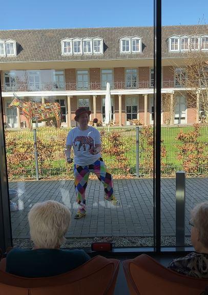 Circus Kiko corona-proog optreden voor ouderen in een verpleeghuis met het optreden van Kiko buiten en het publiek binnen mooi corona proof