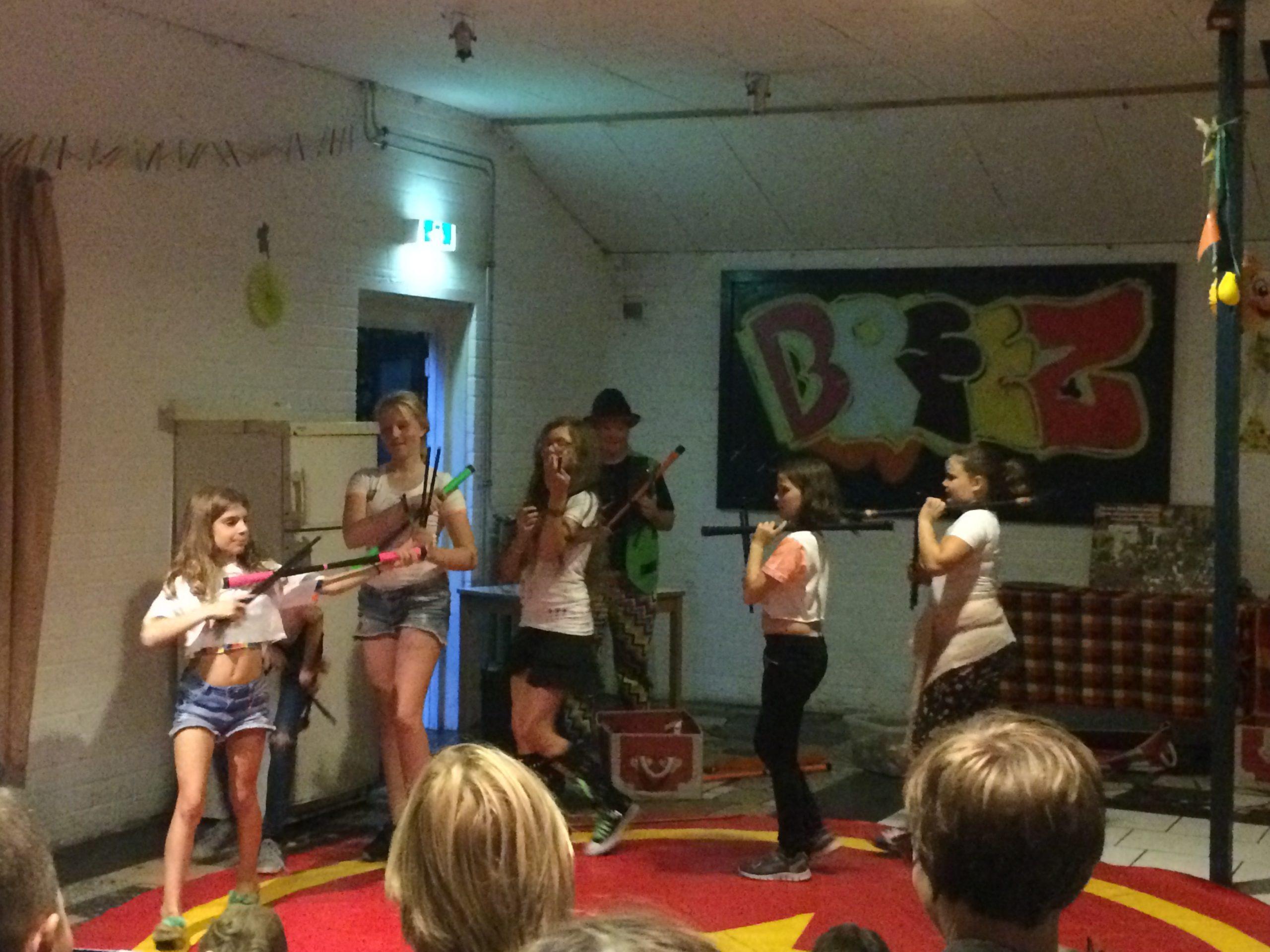 Eindshow door de kinderen als afsluiting van de circus workshops door Circus Kiko