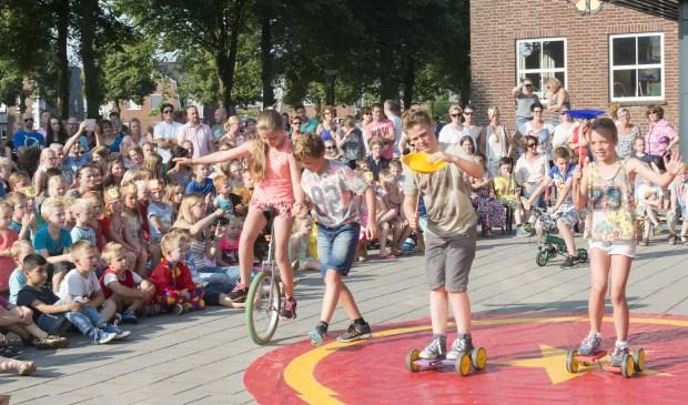 Circus Kiko circusdag op school met workshops en een eindshow door alle kinderen voor hun ouders als hooggeerd publiekl
