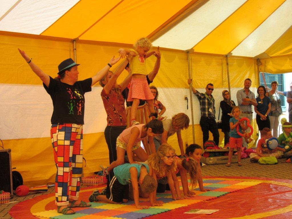 Circus Kiko circusworkshop met een eind voorstelling door alle kinderen voor hun ouders als hooggeerd publiekl