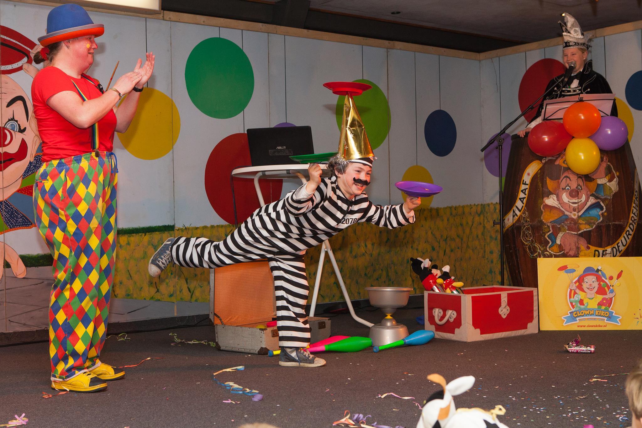 Clown Kiko kindertheater voorstelling tijdnes carnaval in Groessen