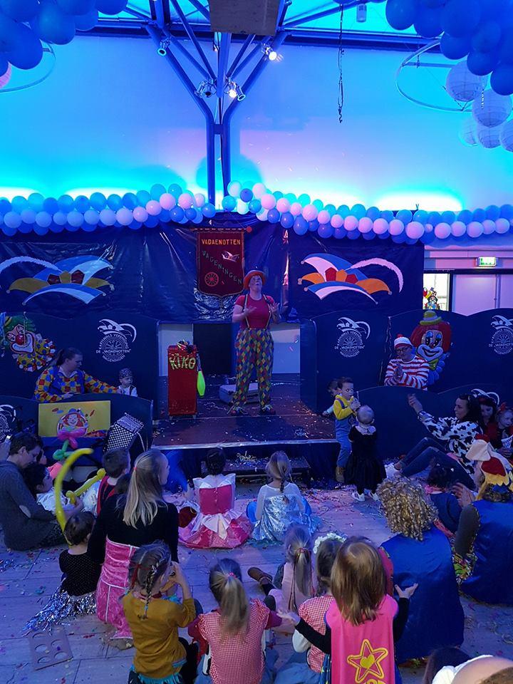 Clown kiko voorstelling met carnval voor de kinderen