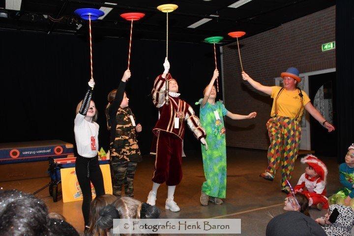 Clown Kiko krijgt hulp van de kinderen tijdens de kindervoorstelling met carnval in Berg en Dal