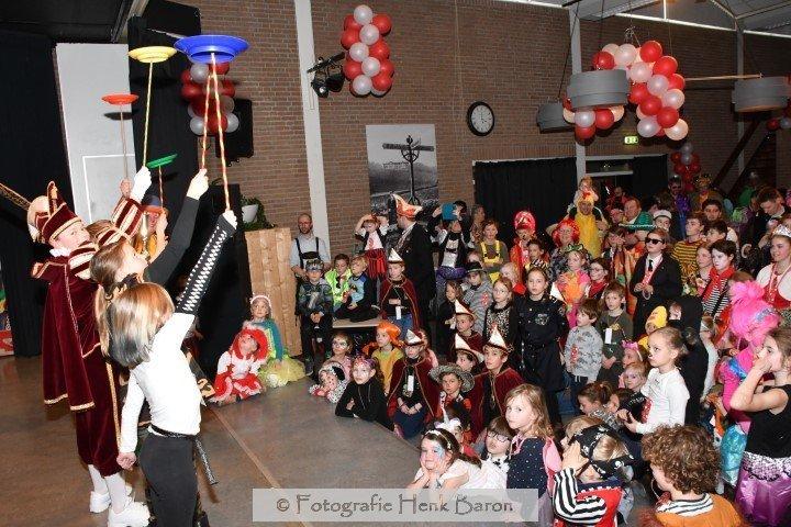 De kinderen helpen Clown Kiko de bordjes draaiende te houden tijdens de kindertheater voorstelling met cenval in Berg en Dal