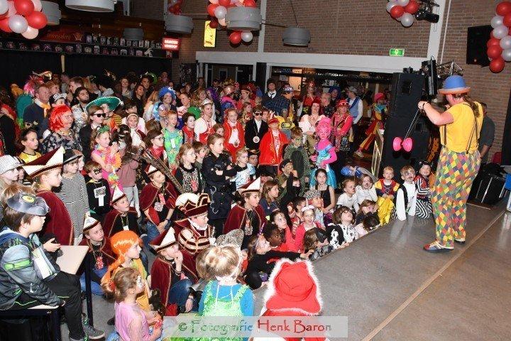 Clown Kiko diabol act tijdens kindercarnval