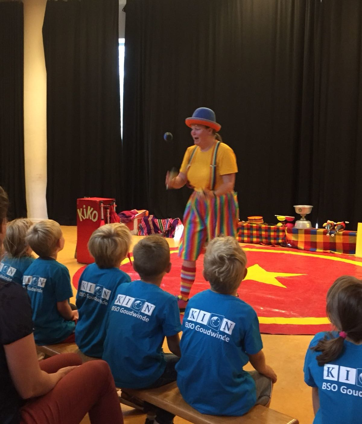 Clown Kiko BSO Kion zomertour jongleershowoorstelling