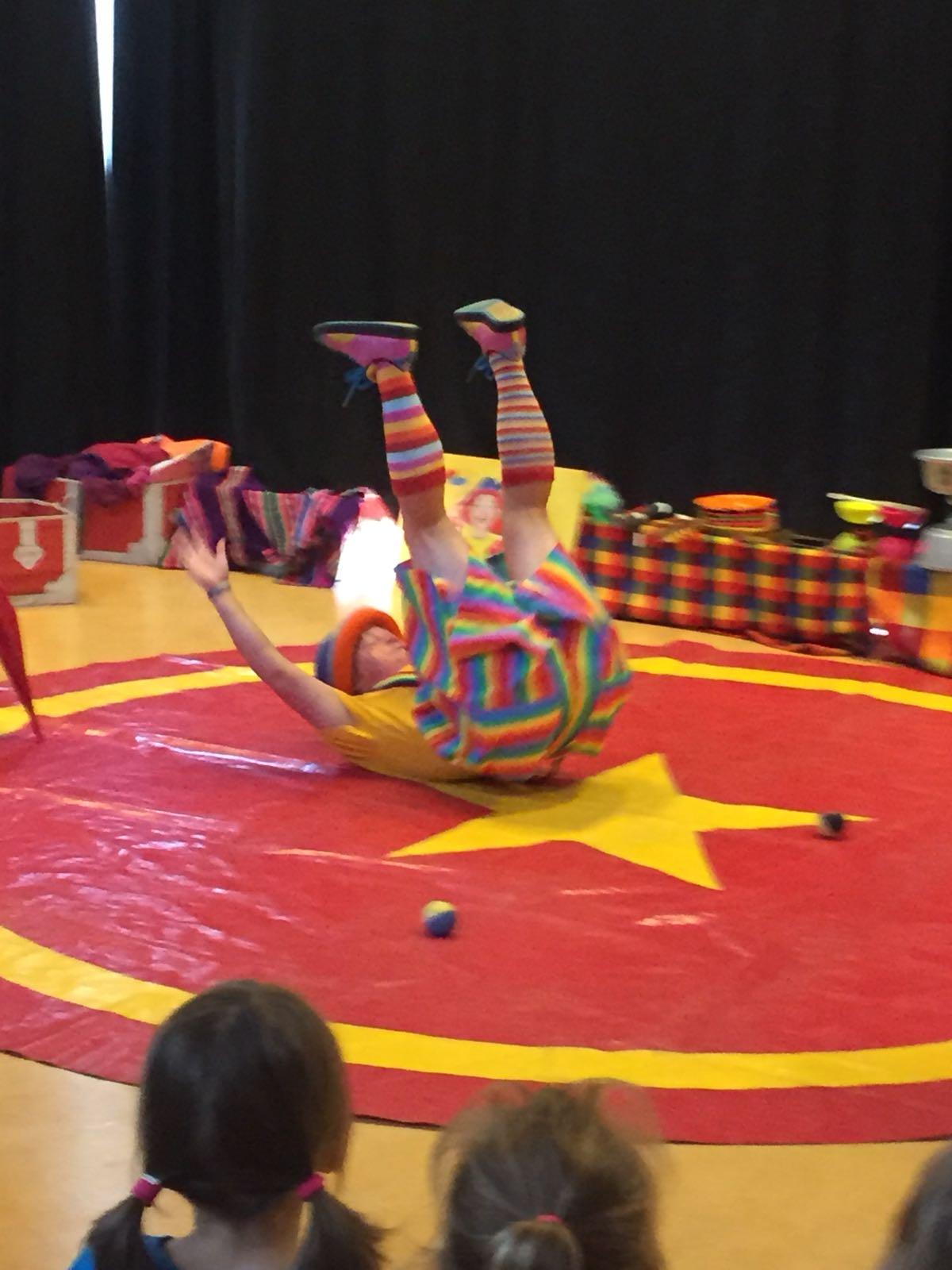 Clown Kiko BSO Kion zomertour voorstelling OEPS upside down