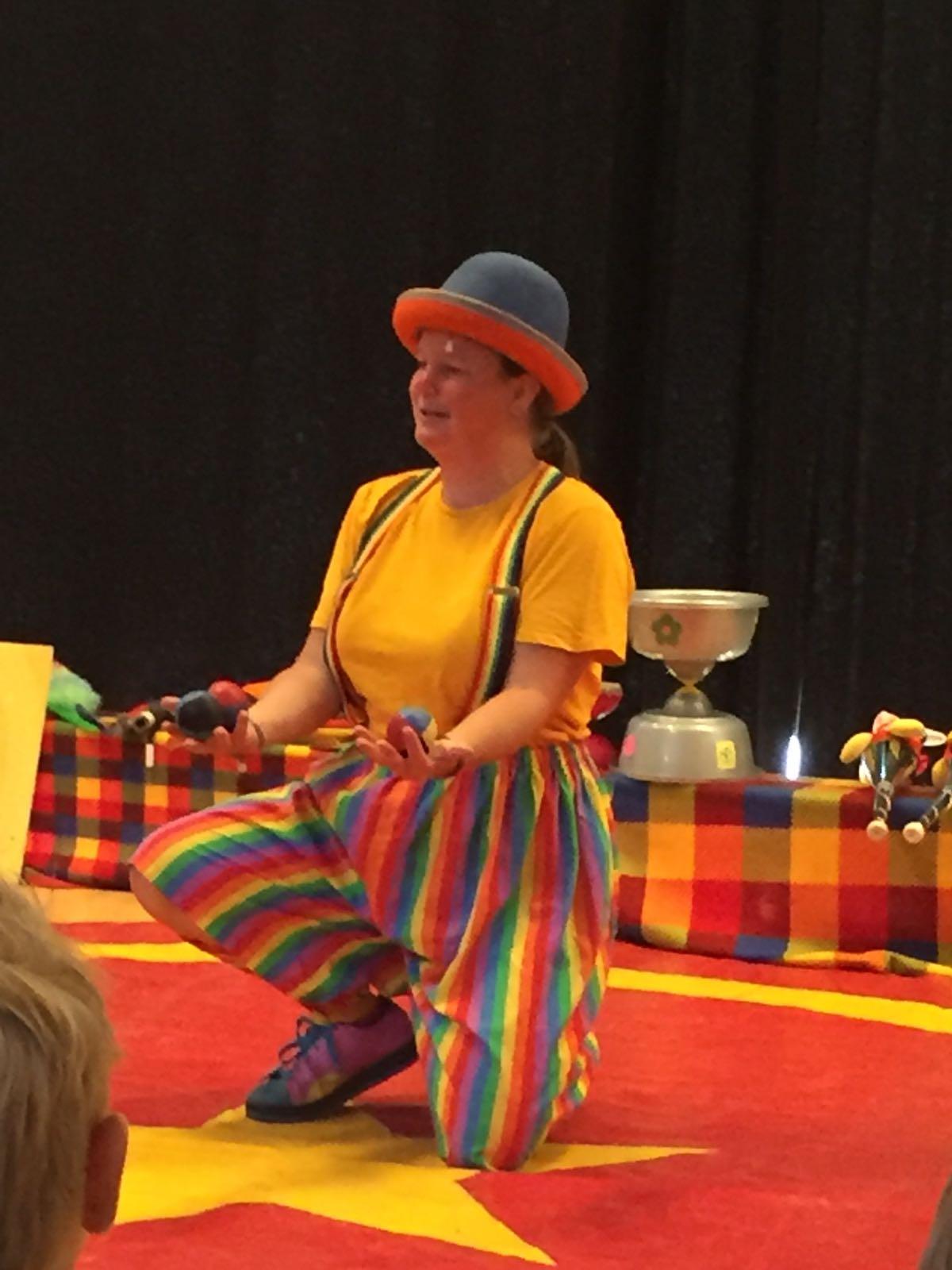 Clown Kiko BSO Kion zomertour voorstelling jongleren