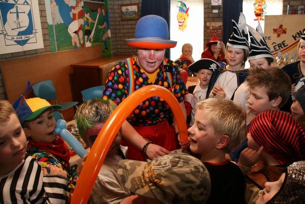 Clown Kiko met carnaval aan het ballonnen vouwen