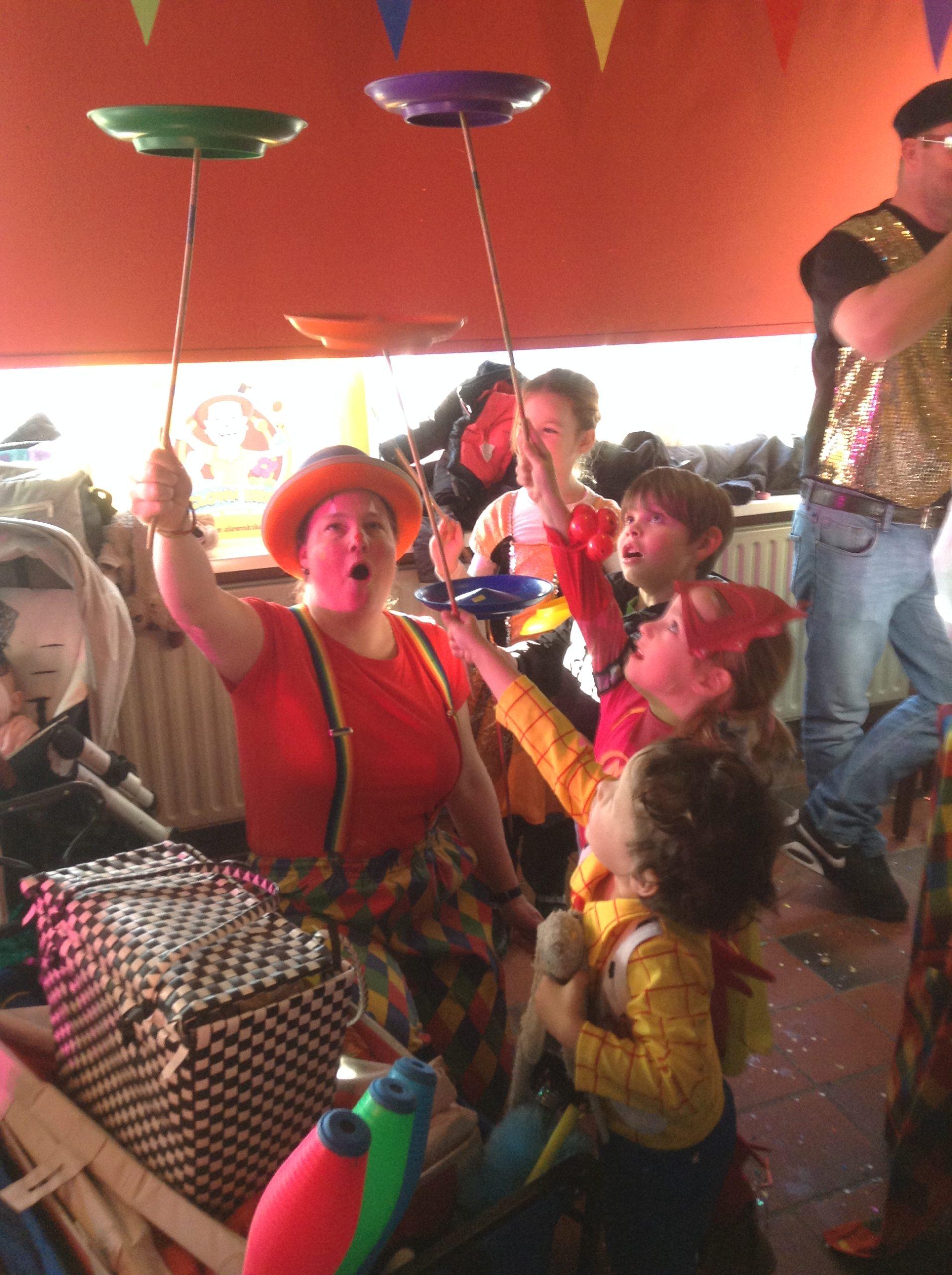 Clown Kiko met de kindercarnval bij een voetbalvereniging