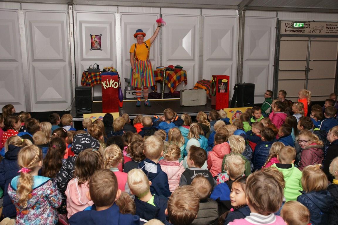 Kleutervoorstelling versie van Clown Kiko's jongleer- en goochelshow van Kindertheater Kiko