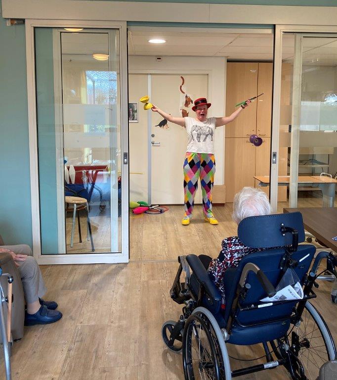 Jongleur Kiko in een leuke, interactieve en verassende corona-proof jongleershow voor ouderen in verpleeghuizen