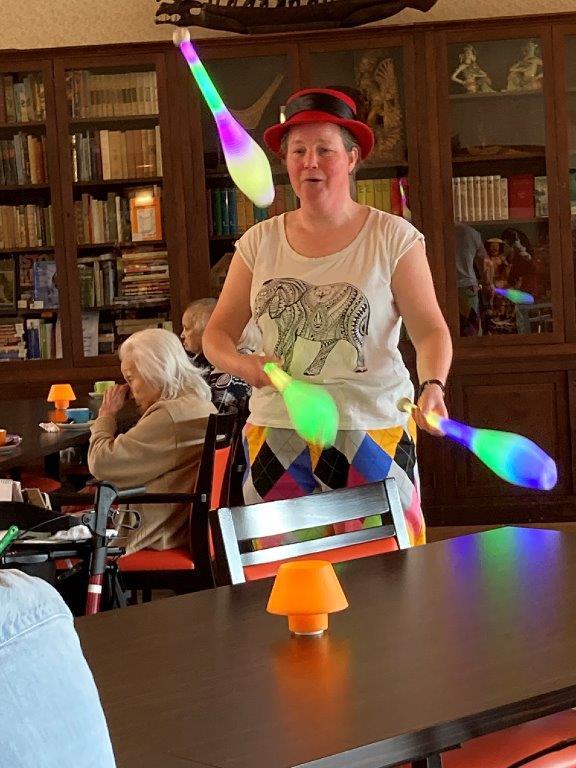 Jongleur Kiko aan het jongleren in een leuke, interactieve en verassende corona-proof jongleershow voor ouderen in verpleeghuizen