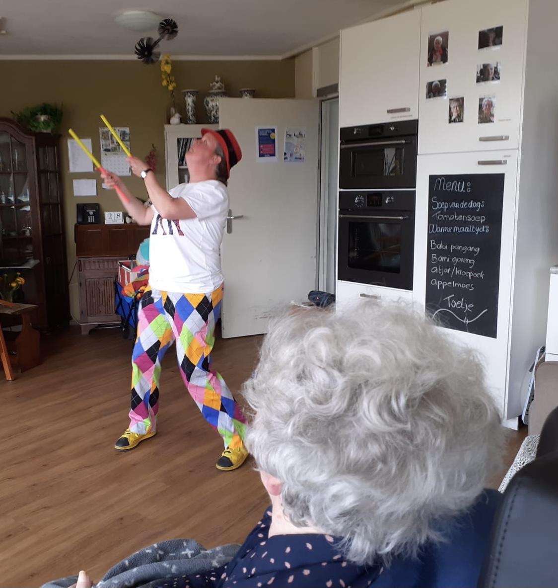 Jongleur Kiko met de flowersticks in een leuke, interactieve en verassende corona-proof jongleershow voor ouderen in verpleeghuizen