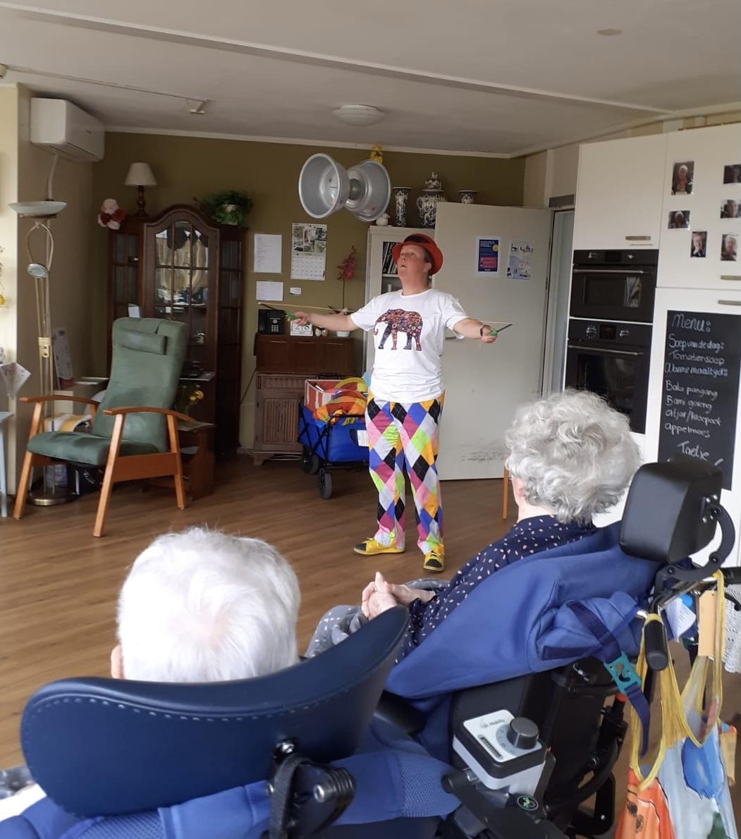 Jongleur Kiko leuke, interactieve en verassende corona-proof jongleershow voor ouderen in verpleeghuizen hier jonglerend met een hele grote diabolo