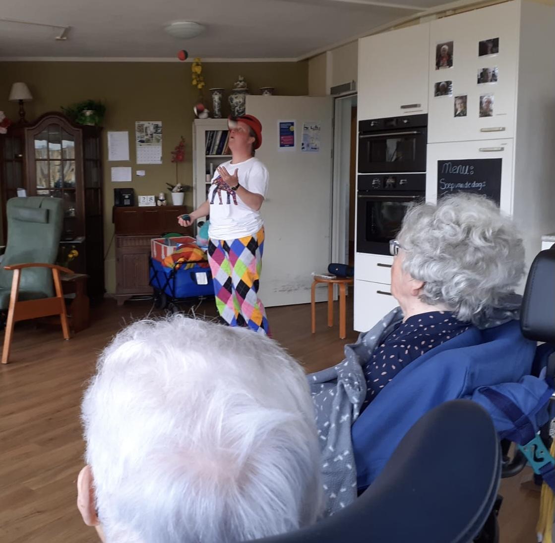Jongleur Kiko leuke, interactieve en verassende corona-proof jongleershow voor ouderen in verpleeghuizen