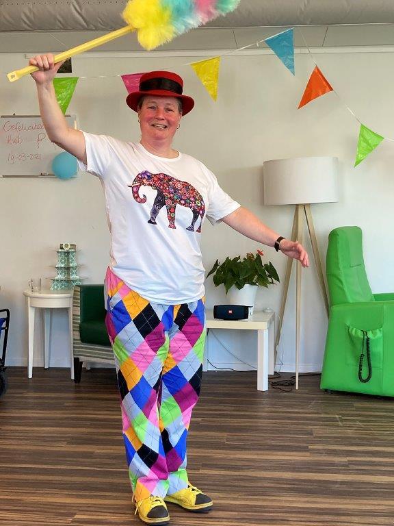 Clown Kiko leuke, interactieve en verassende corona-proof jongleershow voor ouderen in verpleeghuizen nabijheid op afstand