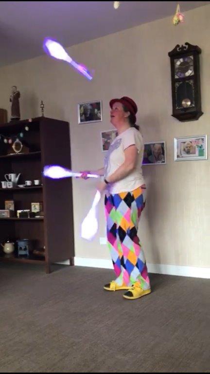 Jongleur Kiko jongleershow voor ouderen