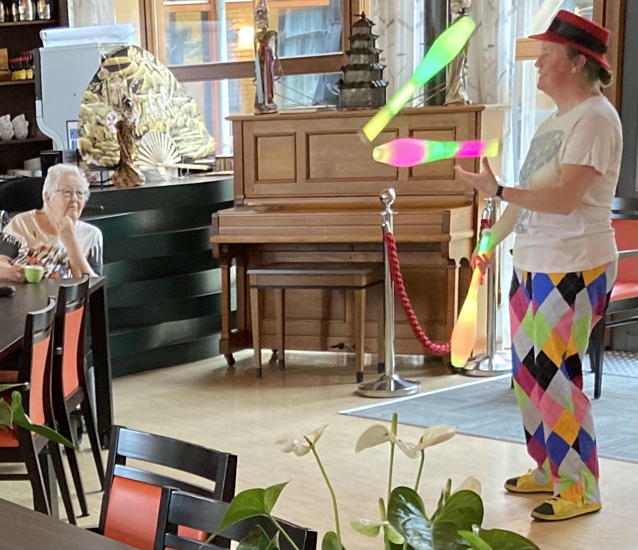 Jongleur Kiko leuke, interactieve en verassende corona-proof jongleershow voor ouderen in verpleeghuizen nabijheid op afstand jonglerend met lichtgevende kegels