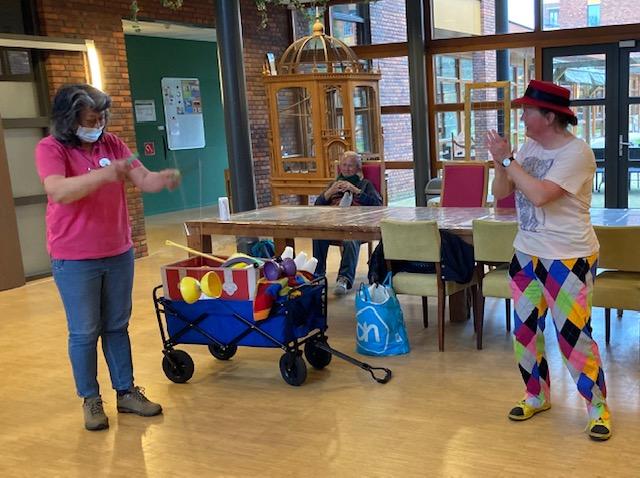 Jongleur Kiko leuke, interactieve en verassende corona-proof jongleershow voor ouderen in verpleeghuizen en de verpleeging kan ook goed met de diabolo overweg!