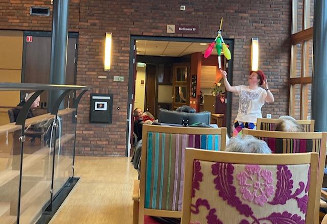 Jongleur Kiko leuke, interactieve en verassende corona-proof jongleershow voor ouderen in verpleeghuizen nabijheid op afstand balanceer truc