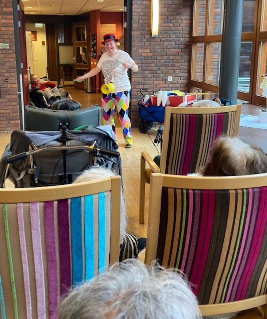 Jongleur Kiko leuke, interactieve en verassende corona-proof jongleershow voor ouderen in verpleeghuizen met diabolo act