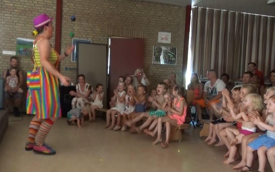 Clown kiko aan het jongleren in eenPeutervoorstelling Kindertheater Kiko bij een peuterspeelzaal