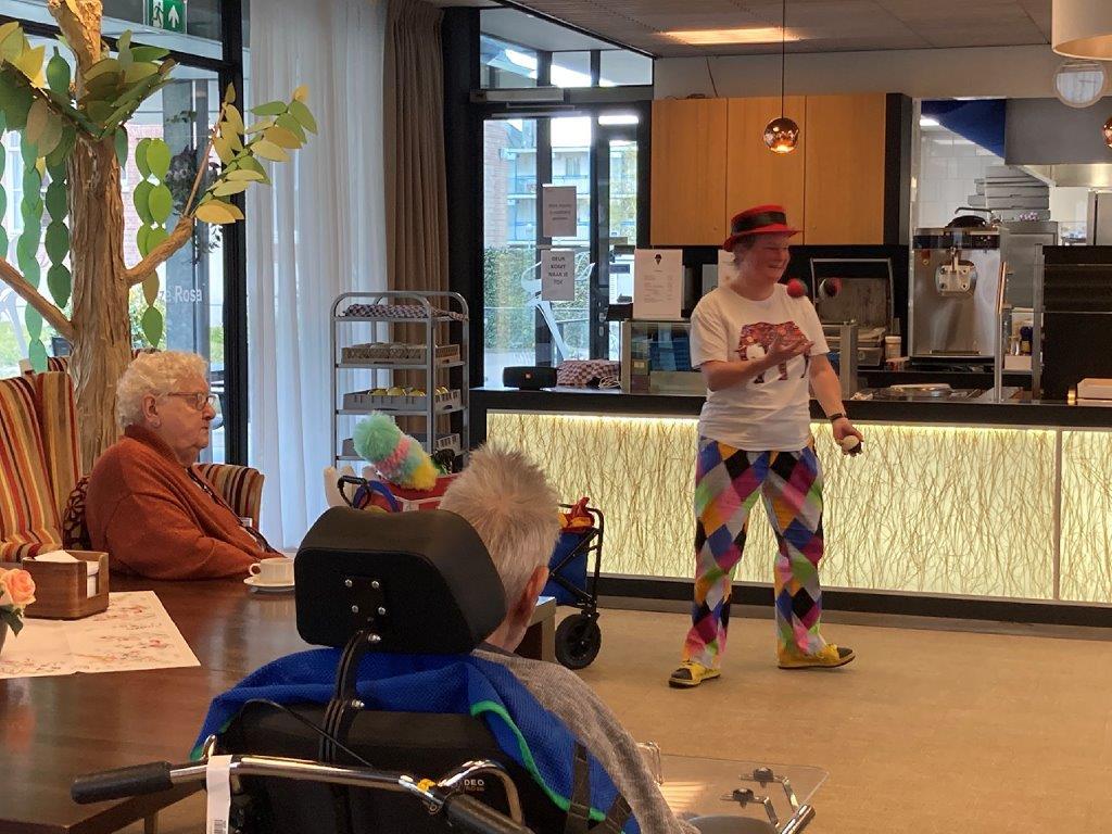 Jongleur Kiko optreden jongleershow voor ouderen