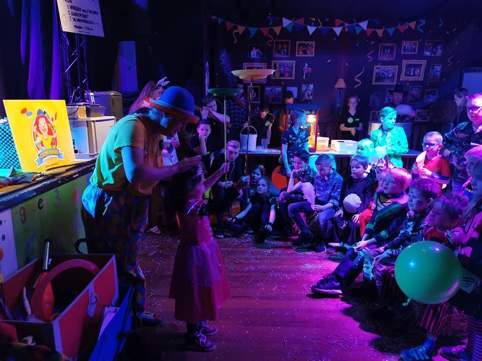 Clown Kiko krijgt hulp tijdens de voorstelling van 1 van de kinderen