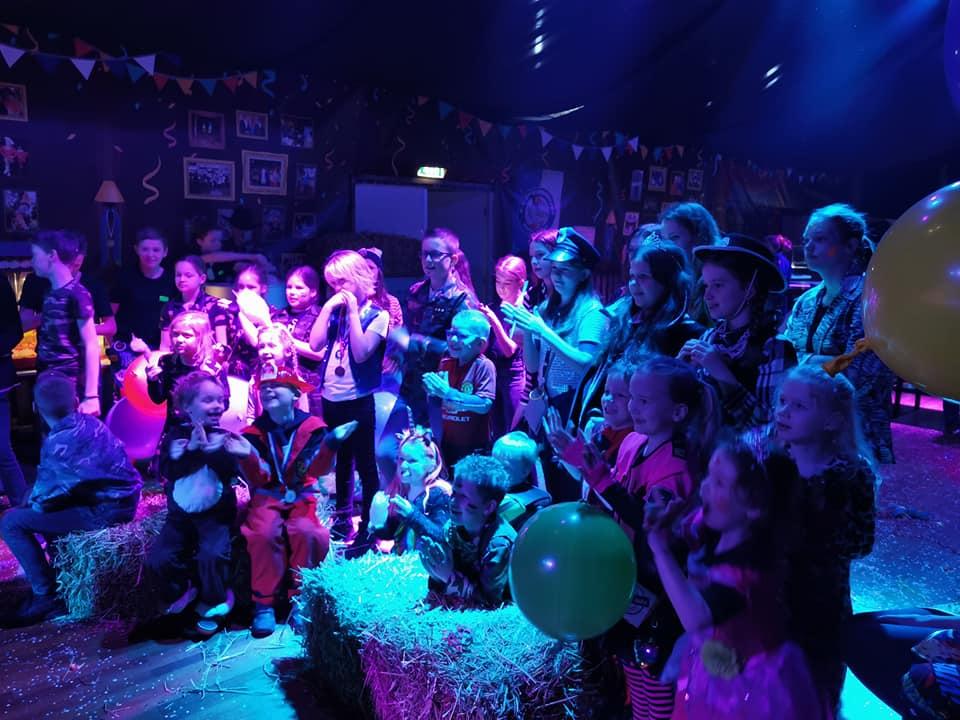 het publiek tijdens de voorstelling van Clown Kiko in Maren kessel