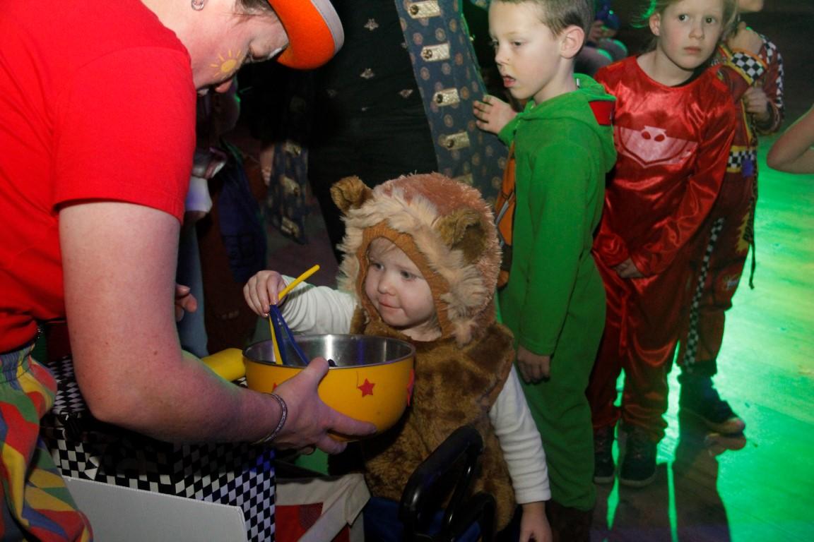 Clown kiko ballonnenclown tijdens kindercarnval