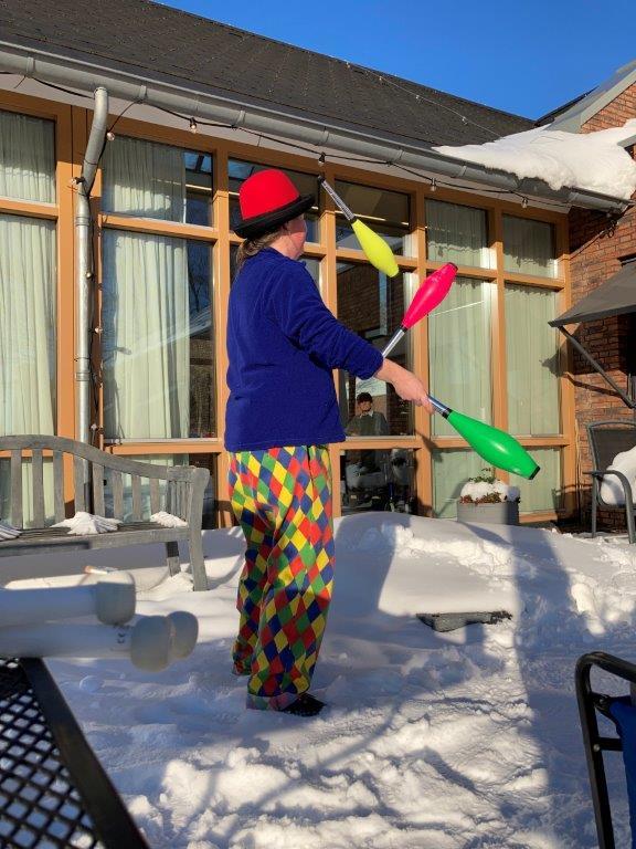 Circus Kiko corona-proof optreden in de sneeuw voor ouderen in een verpleeghuis met het optreden van Kiko buiten en het publiek binnen