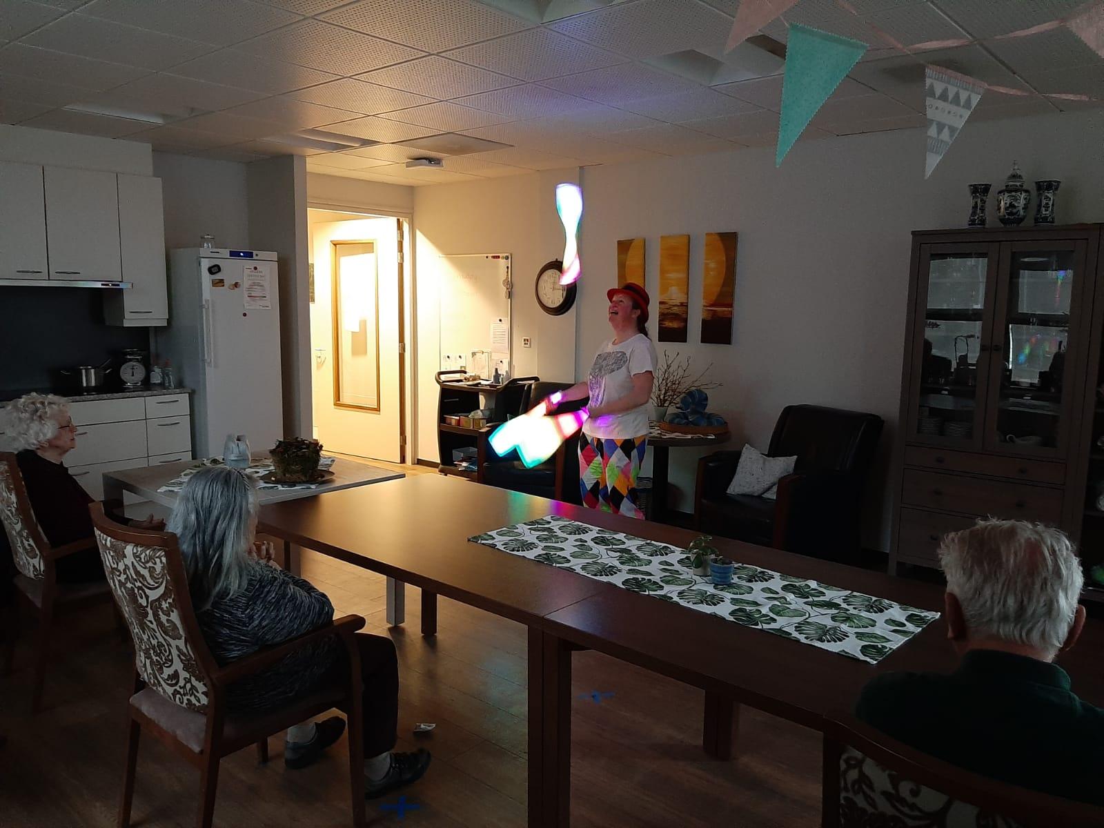 Jongleur Kiko leuke, interactieve en verassende corona-proof jongleershow voor ouderen in verpleeghuizen hier jonglerend met lichtgevende kegels