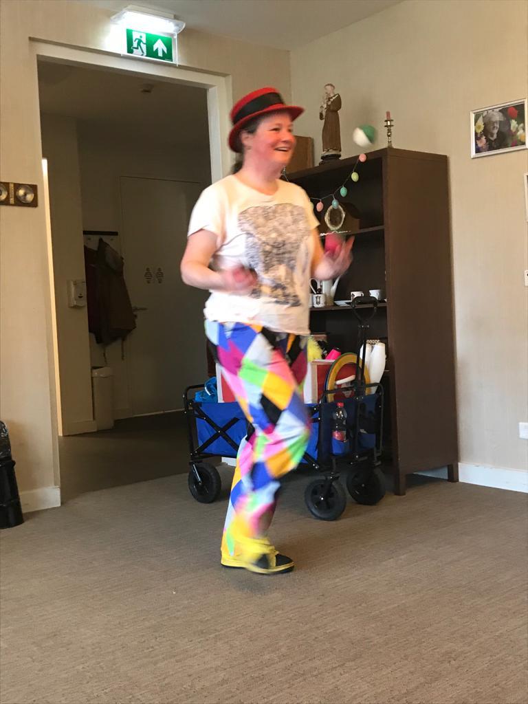 Jongleur Kiko jongleren voor ouderen