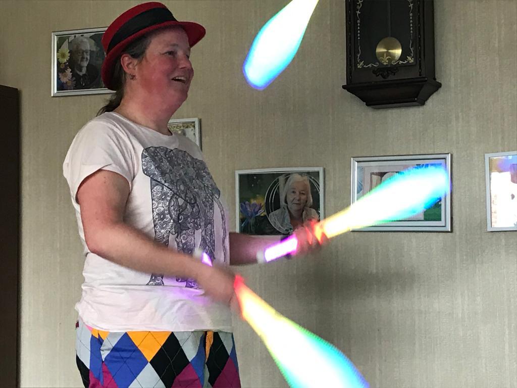 Jongleur Kiko jongleer voorstelling voor ouderen