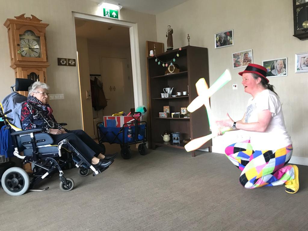 Jongleur Kiko leuke, interactieve en verassende corona-proof jongleershow voor ouderen in verpleeghuizen nabijheid op afstand